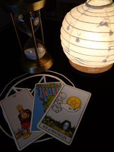 タロットカード:ペンタクルの4、ワンドの7の逆位置、ペンタクルの1