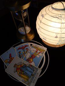 タロットカード:ペンタクルの2、カップの2、ソードのペイジ(逆位置)、カップのキング