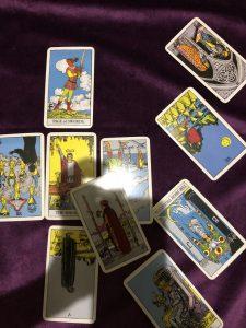 タロットカード:ワンドの2正位置、カップのクイーン正位置、女教皇の逆位置、ペンタクルスの3逆位置