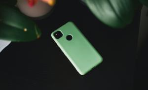 3月生まれのラッキーアイテム:黄緑色のスマホカバー
