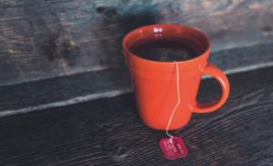 7月生まれのラッキーアイテム:オレンジ色のティーカップや食器