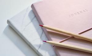 11月生まれのラッキーアイテム:ピンクの手帳やノート