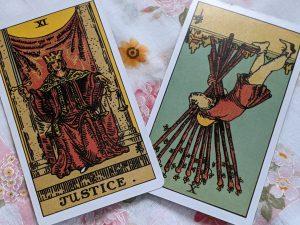 タロットカード:正義正位置、ワンドの10逆位置
