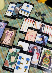 タロットカード:恋人、カップのクイーン、世界、カップ5